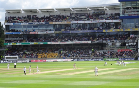 Stuart Broad bowling to Chris Rogers in Australia's second innings